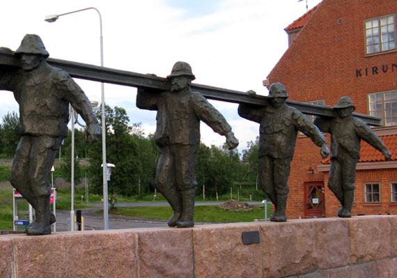 Памятник железнодорожным рабочим на вокзале Кируны