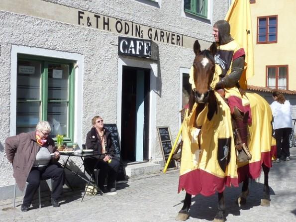 Рыцарь на улице Висбю Готланд Швеция